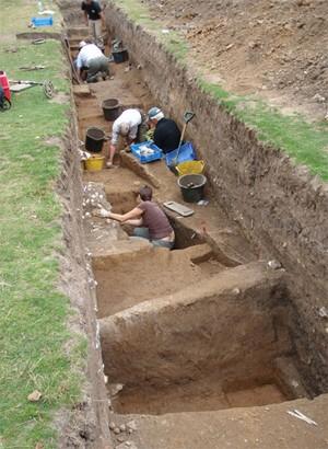 Arqueólogos e estudantes escavam região de Faversham, em Kent, em busca de vestígios da presença romana (Foto: Divulgação/Kent Archaeological Field School)