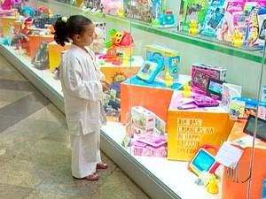 Criança em loja de brinquedos em Mogi das Cruzes (Foto: Reprodução/TV Diário)