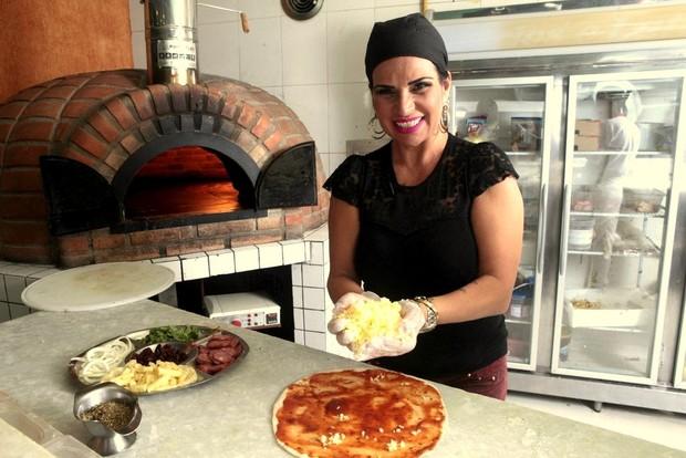 Solange Gomes fazendo pizza (Foto:  Isac Luz/EGO)