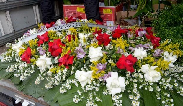 Coroa de flores chega a velório de Domingos Montagner (Foto: Francisco Cepeda/Agnews)