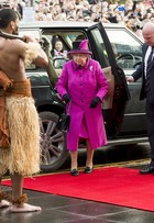 Rainha Elizabeth II usa look rosa pink e dá show de simpatia em Londres