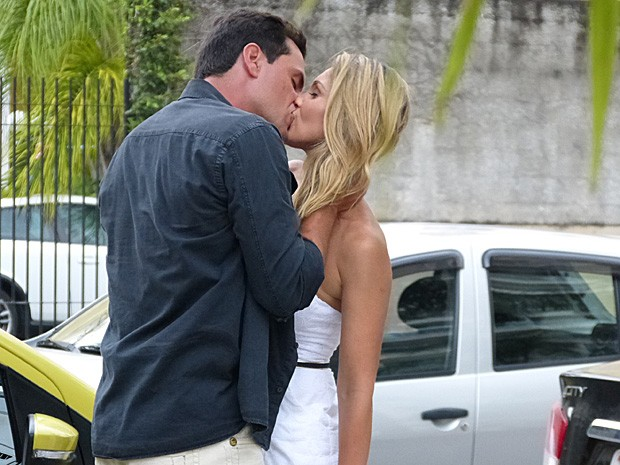 Que beijo é esse? Lombardi e Flavia gravam cenas de romance (Foto: Salve Jorge/TV Globo)