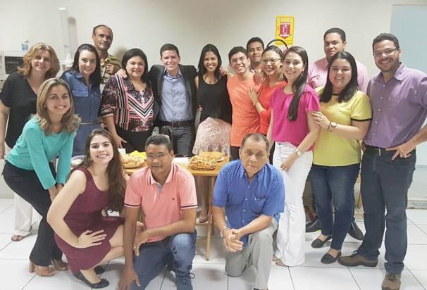 Felipe Pereira durante comemoração com amigos da emissora (Foto: Arquivo pesssoal)