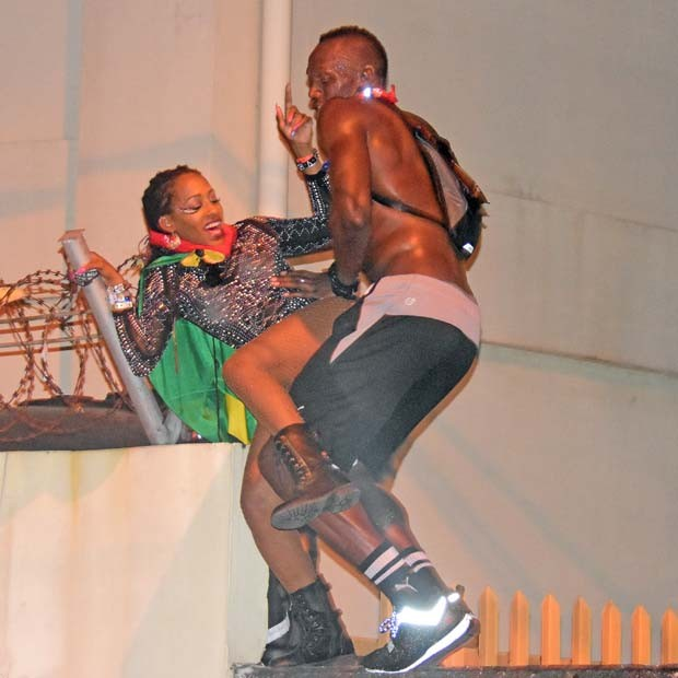 Usain Bolt dança com mulher no Carnaval do Caribe (Foto: The Grosby Group)