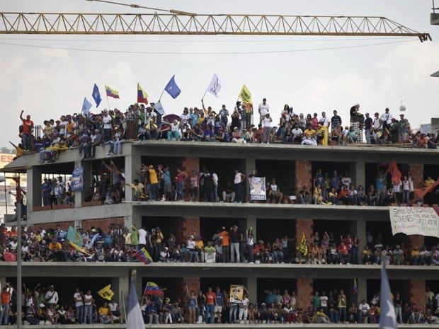Partidários de Capriles se reuniram em prédio em construção durante comício (Foto: AP Photo/Ariana Cubillos)