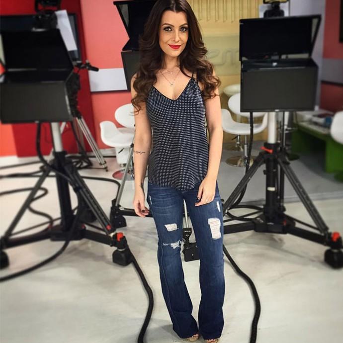 Cecília Ribeiro esperou os convidados nos estúdios da TV Integração (Foto: Daniel Lopes)