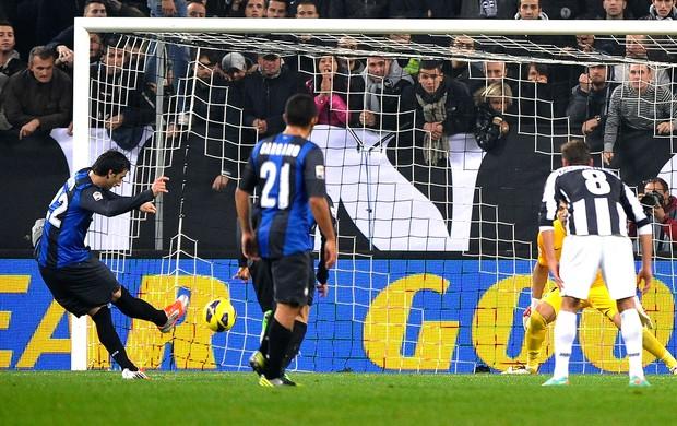 Diego Milito marca gol do Inter de Milão sobre o Juventus (Foto: Reuters)