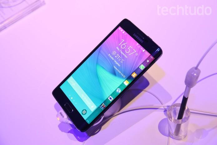 Galaxy Note Edge tem tela auxiliar que pode ser usada para acessar informações adicionais ou abrir apps (Foto: Fabrício Vitorino/TechTudo)