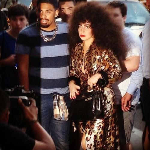 Lady Gaga passeia por Nova York de peruca cacheada (Foto: divulgao)