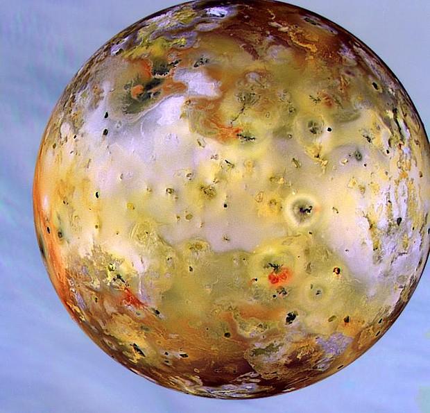 Io é uma das quatro grandes luas de Júpiter e a com maior atividade vulcânica do Sistema Solar. Material em preto e vermelho corresponde a erupções recentes (Foto: Galileo Mission/JPL/Nasa)