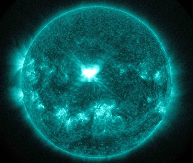 Imagem captada pelo Obervatório de Dinâmica Solar da Nasa nesta quarta-feira (10) mostra explosões solares  (Foto: Reuters/Nasa/SDO)