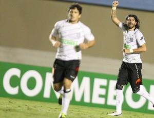 Loco Abreu gol Figueirense (Foto: Carlos Costa / Futura Press)