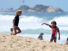 Fernanda Lima e Rodrigo Hilbert têm domingo de praia com os filhos gêmeos