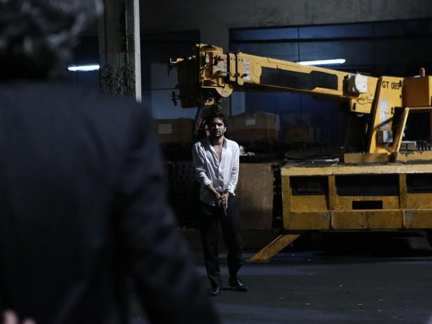 Zé Pedro (Caio Blat) tira a vida do Comendador (Alexandre Nero) (Foto: Ellen Soares/ Gshow)