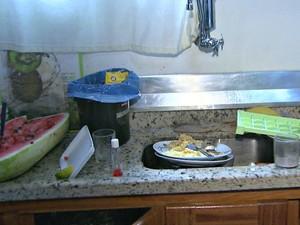 Suspeitos comeram enquanto estavam dentro da casa com a família  (Foto: Reprodução TV Acre)