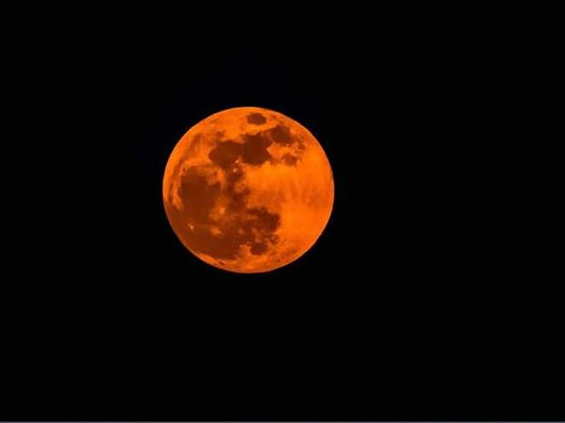 Eclipse total da lua teve tom avermelhado no fenômeno de domingo (28) (Foto: Floriano Lima/Arquivo Pessoal)
