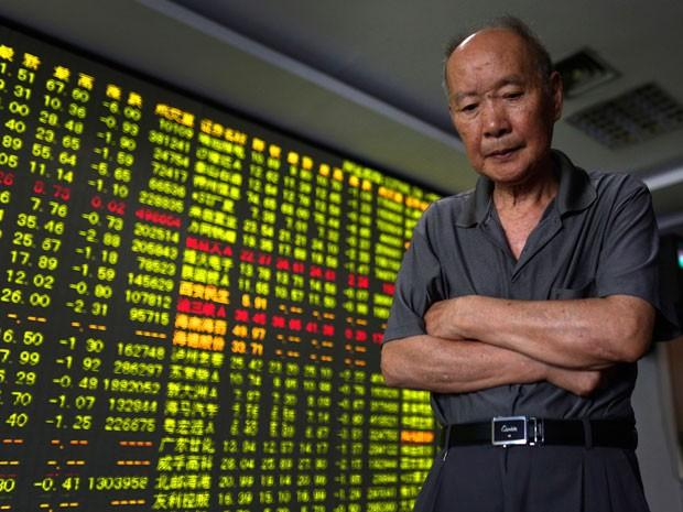 Na China, a bolsa de valores de Xangai caiu mais de 8% (Foto: AP)