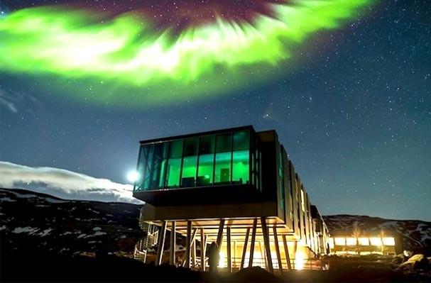 Instalado em vulcão ativo na Islândia, hotel sustentável tem vista impressionante para Aurora Boreal