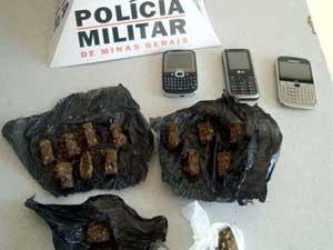 Maconha e celulares apreendicos com os suspeitos (Foto: Divulgação / Polícia Militar)