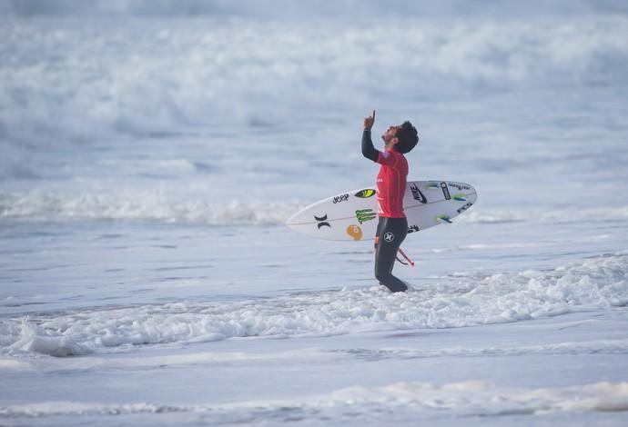 Filipe Toledo reza antes de entrar na água em Peniche, no Circuito Mundial de Surfe (Foto: Divulgação)
