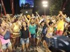 Alas da Em Cima da Hora desfilam sem fantasia e protestam na Sapucaí