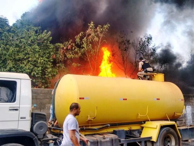 Quinze mil litros de água forma usados no controle das chamas (Foto: Polícia Militar/Divulgação)