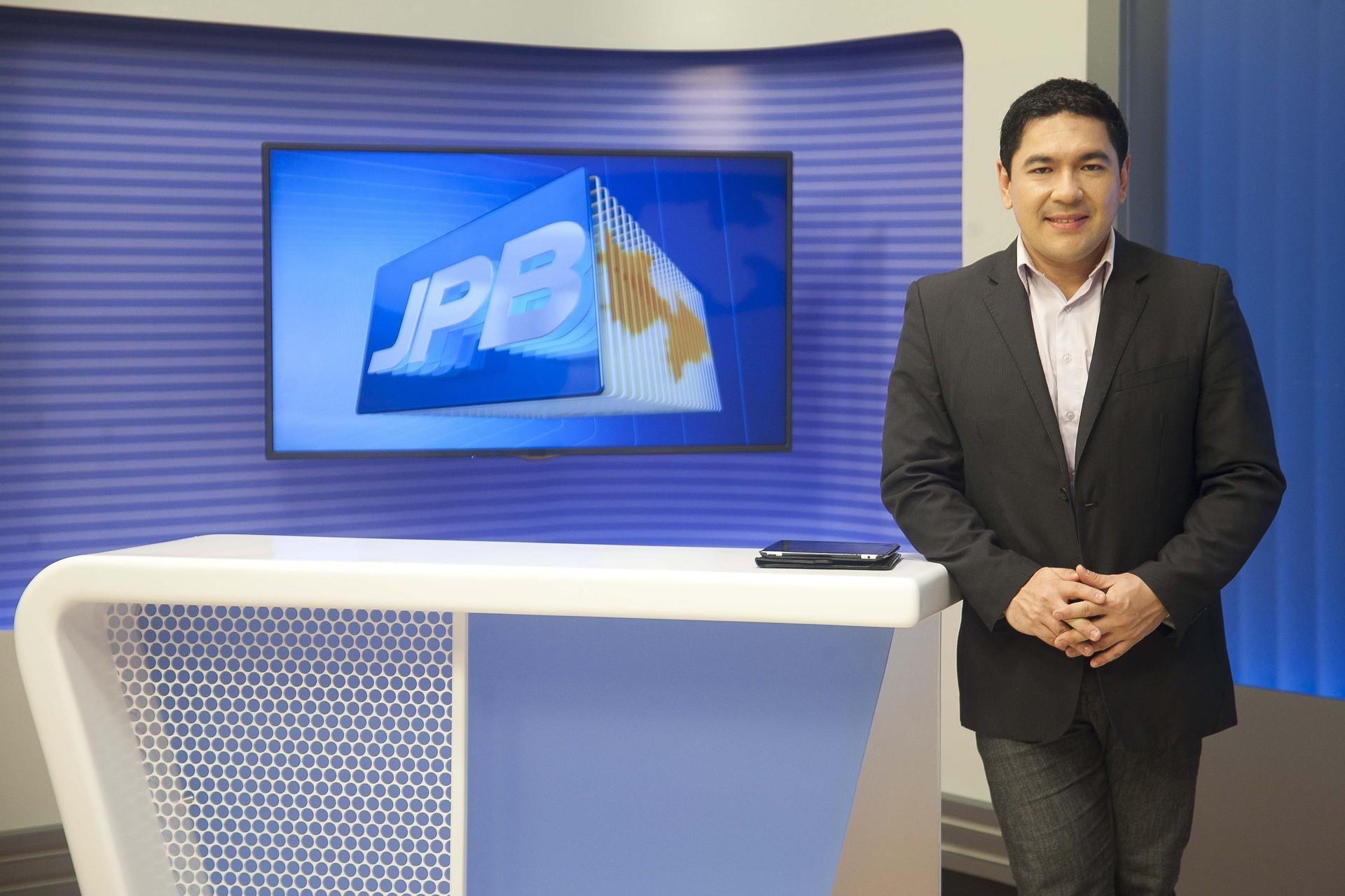 Bruno Sakaue no novo cenário do JPB 1ª Edição (Foto: Felipe Gesteira/TV Cabo Branco)