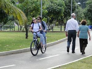 Ju e Dinho passeiam de bicicleta (Foto: Malhação / Tv Globo)