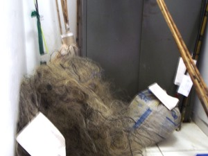 Parte dos materiais apreendidos pela Polícia de Meio Ambiente (Foto: Michelly Oda / G1)