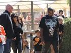 Kim Kardashian e Kanye West levam filha para escolher abóbora