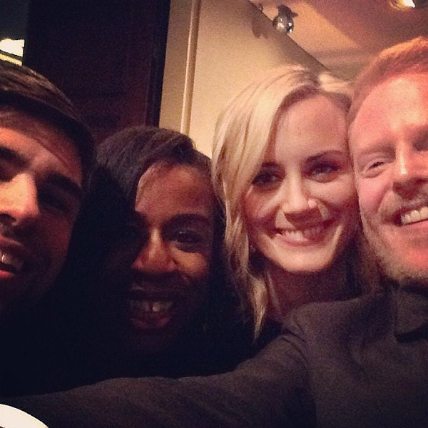 Os mundos de Orange Is The New Black e Modern Family se encontram em uma selfie com Uzo Aduba, Taylor Schilling e Jesse Tyler (Foto: Instagram)