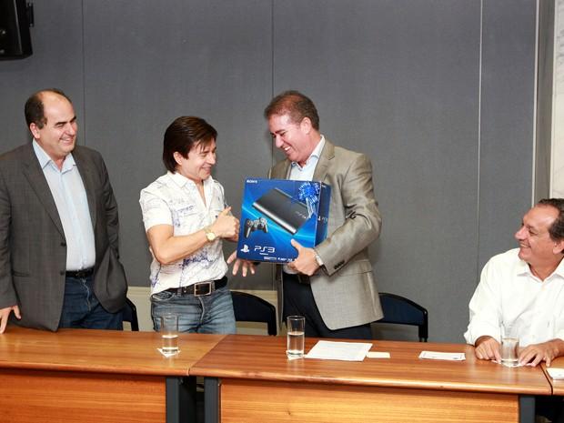 Cantor Xororó recebe videogame, em Campinas, após sorteio na nota fiscal (Foto: Fernanda Sunega / Prefeitura de Campinas)