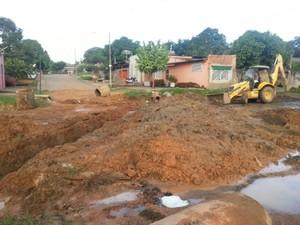 Maquinário da Semob começou o trabalho de drenagem no cruzamento entre as ruas Jacy-Paraná e Tenreiro Aranha na terça-feira (Foto: Flaviane Azambuja/G1)
