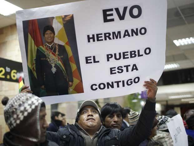 Boliviano segura cartaz de apoio ao presidente da Bolívia, Evo Morales, durante espera no Aeroporto de El Alto, na Bolívia. (Foto: Juan Karita / AP Photo)