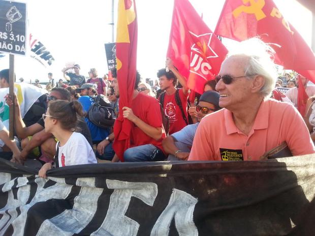 Protesto reúne pessoas de todas as idades na capital (Foto: Kadu Reis/Grupo RBS)