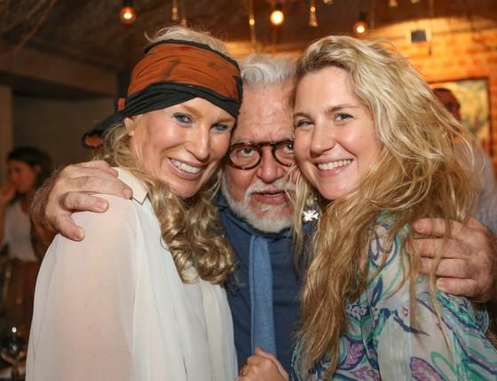 Marie Annick e a filha, Marie, ganham um abraçaço de Ricardo Amaral (Foto: Gianne Carvalho)