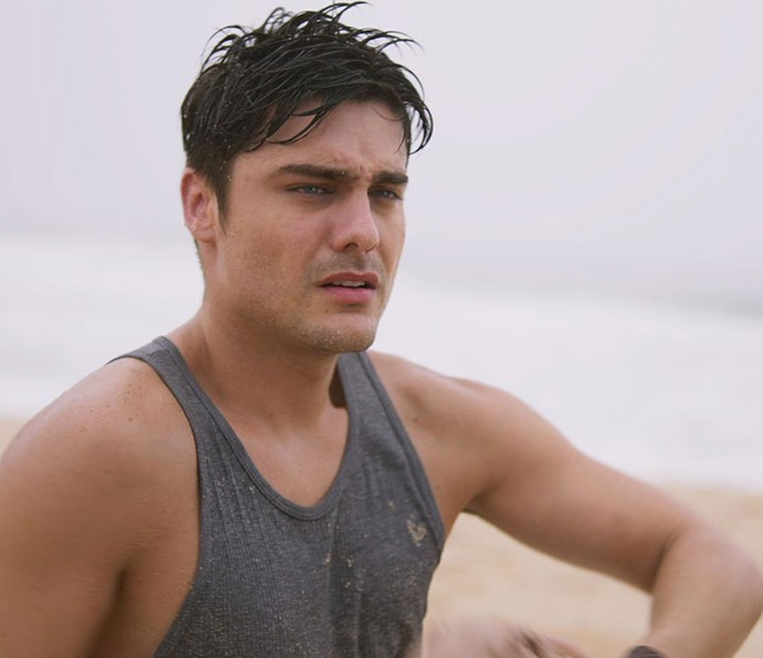 Tito acorda em praia desconhecida (Foto: TV Globo)