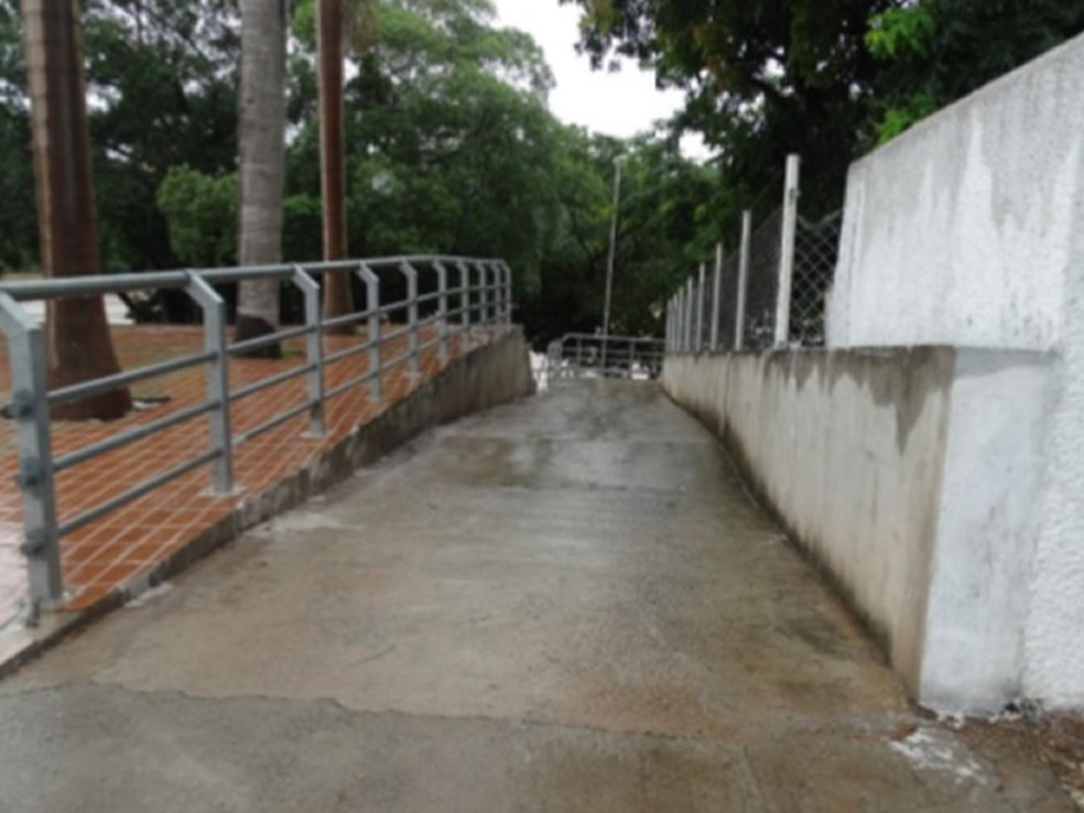 Rampa não possui revestimento do pavimento, piso tátil, sinalização ou corrimão, diz relatório (Foto: Crea-MT/Divulgação)