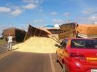 Acidente entre carretas deixa carga de soja espalhada na BR-163, diz PRF