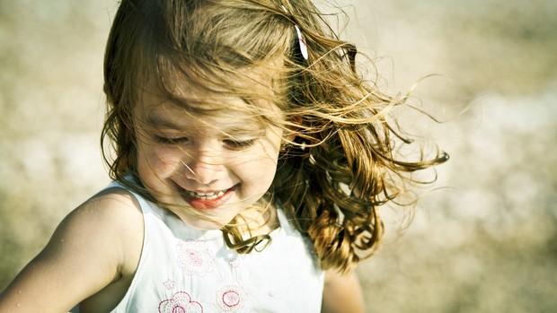 menina; sol; feliz; brincando (Foto: Thinkstock)