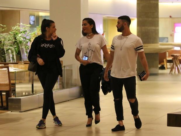 Anitta com amigos em shopping na Zona Oeste do Rio (Foto: Fábio Moreno/ Ag. News)