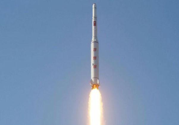 A agência estatal de notícias da Coreia do Norte publicou imagens do lançamento do míssil de longo alcance  (Foto: Reuters)