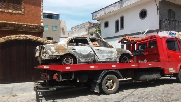 Carro carbonizado onde teria sido encontrado o corpo da cantora Loalwa  (Foto: Lucas Pasin / EGO)
