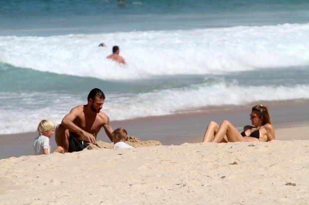 Fernanda Lima e Rodrigo Hilbert com os filhos na praia do Leblon, RJ (Foto: Wallace Barbosa/AgNews)