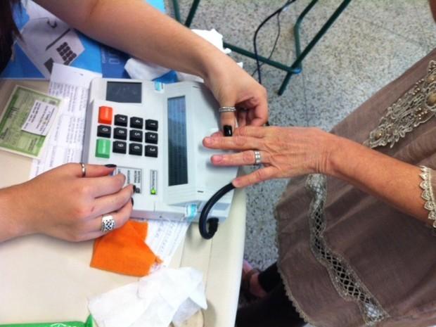 Eleitores afirmam que identificação tinha que ser feita até 8 vezes em Niterói (Foto: Janaína Carvalho / G1)