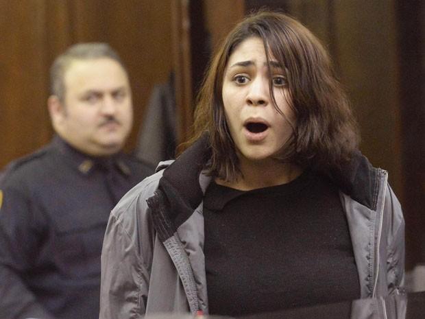 Juliana Luchkiw, suspeita de fornecer heroína ao ator Philip Seymour Hoffman, se apresenta ao juiz nesta quarta-feira (5), em Nova York (Foto: REUTERS/Steven Hirsch/Pool)