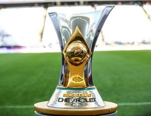 Taça do Campeonato Brasileiro é exposta antes de Corinthians x Grêmio (Foto: Ag. Estado)