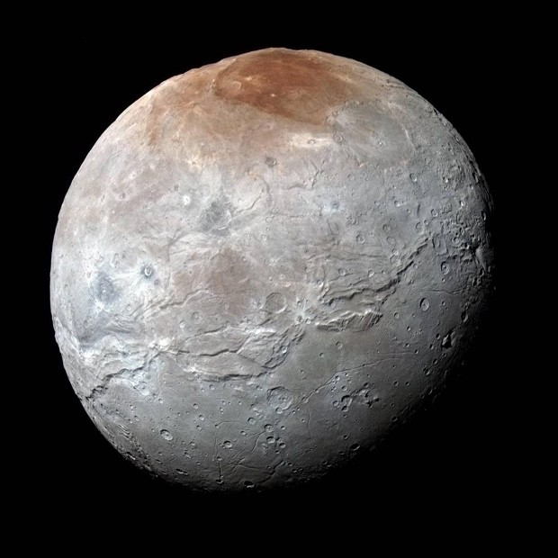 Imagem da lua Caronte, de Plutão, captada em 14 de julho pela sonda New Horizons: cientistas se surpreenderam com cores e superfície com montanhas (Foto: NASA/JHUAPL/SwRI)