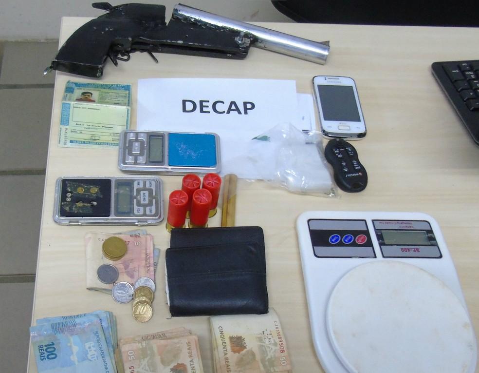 Balanças de precisão e drogas foram encontradas na casa do suspeito (Foto: Divulgação / Polícia Civil)