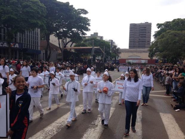 Em Londrina, várias crianças também participaram do desfile de Sete de Setembro  (Foto: Fidel Alvarenga / RPC )
